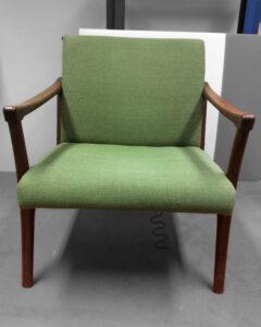 Vanhan puukäsinojallisen tuolin uudelleenverhoilu ja kunnostus | Sisustusverhoomo Wanhat Toolit - Pori