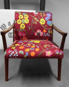 Verhoilulla uudistettu vanha puukäsinojallinen tuoli | Sisustusverhoomo Wanhat Toolit - Pori